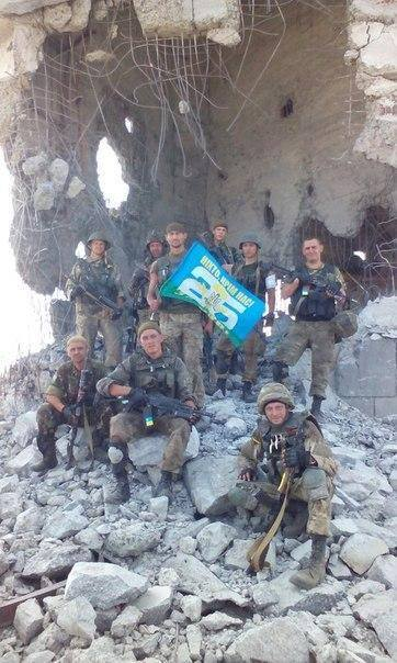 Ukrainian_paratroopers_at_Savur-Mohyla